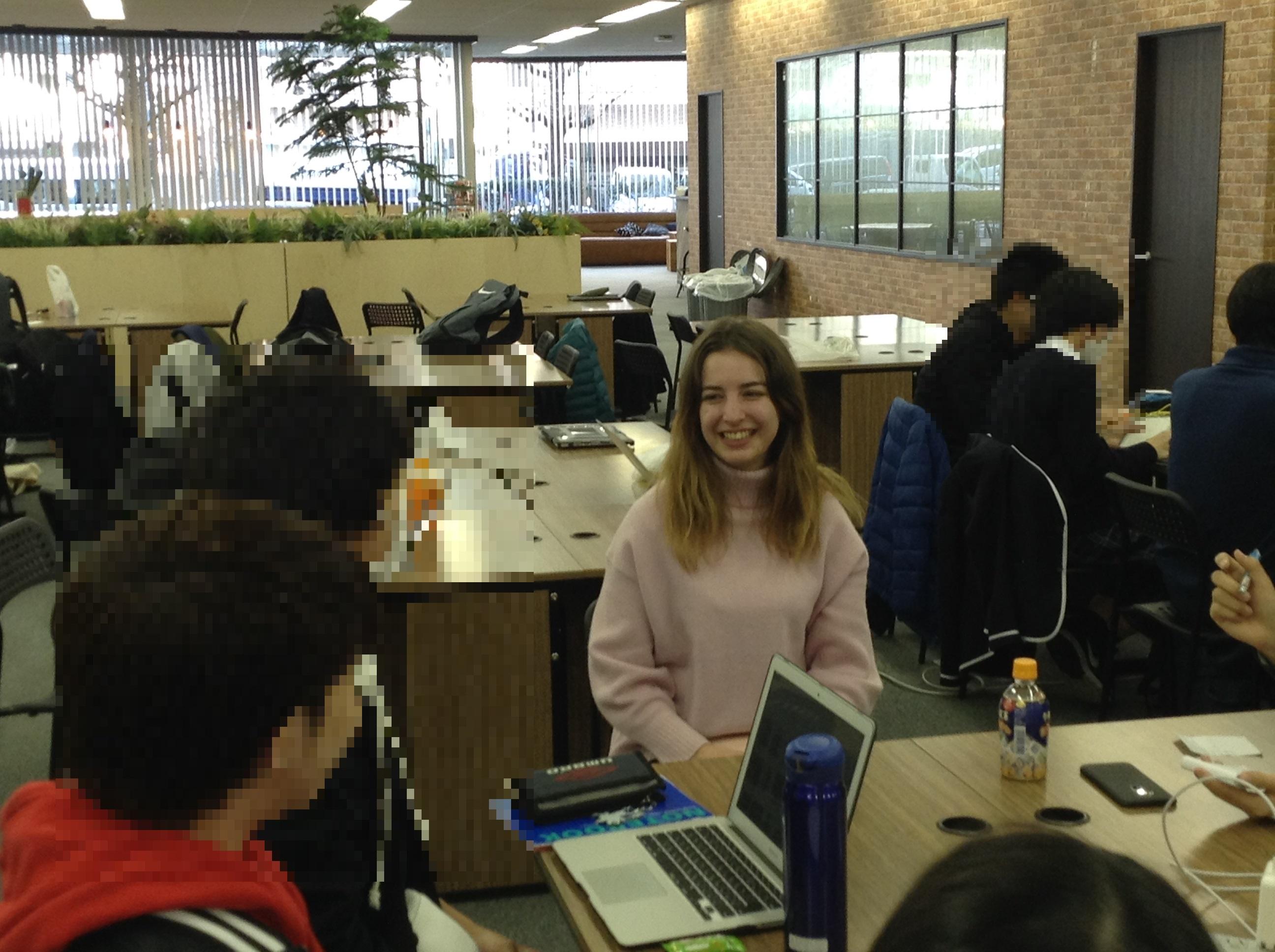 接受日本高中生的採訪