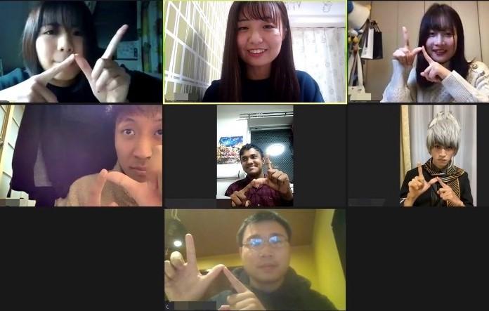 和日本的大學生們在ZOOM上談話